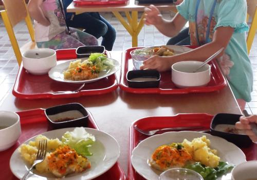 Prvňáčci v jídelně