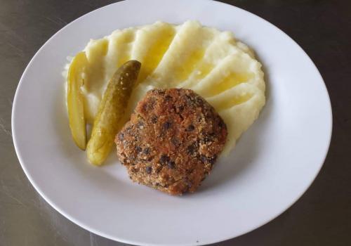 Čočkový karbanátek, bramborová kaše (24.5.2019)