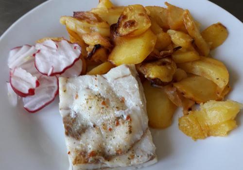 Pčená treska, opékané brambor ( hlávkový salát s ředkičkami - salát bar) 25.4.2019
