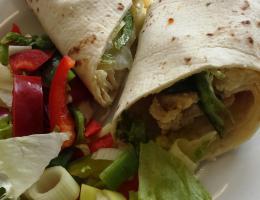 Tortilla fajitas s kuřecím masem a zeleninou